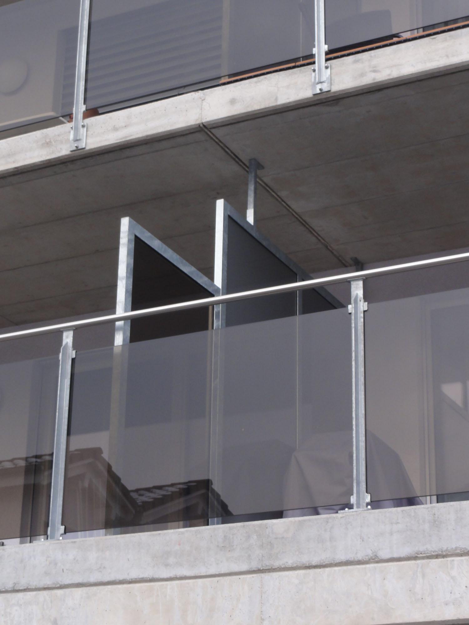 Sichtschutzwand auf Balkon und Glasgeländer mit Handlauf