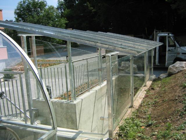 Überdachung Treppenabgang mit Glas und Staketengeländer