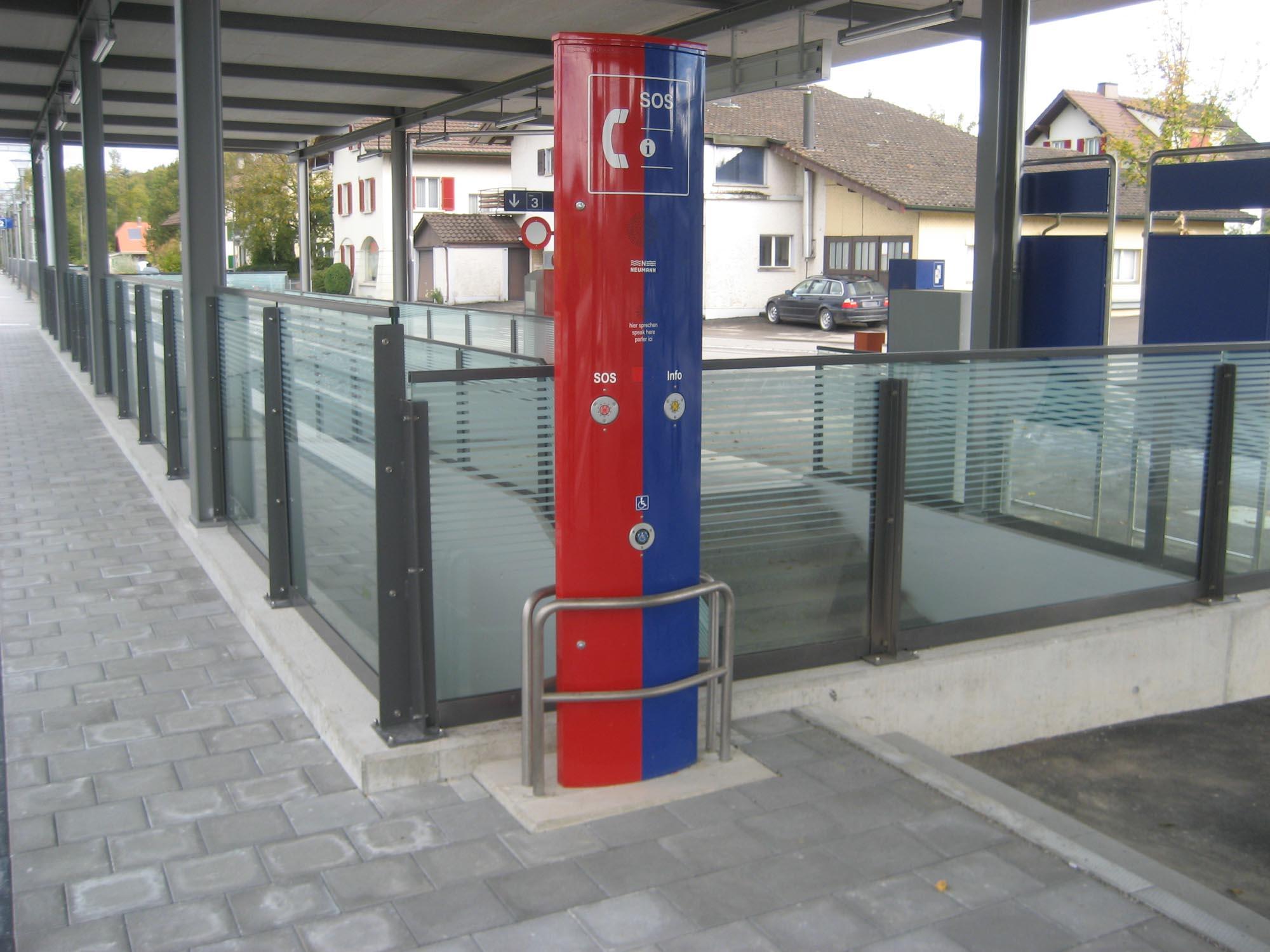 Geländer mit Glas am Bahnhof