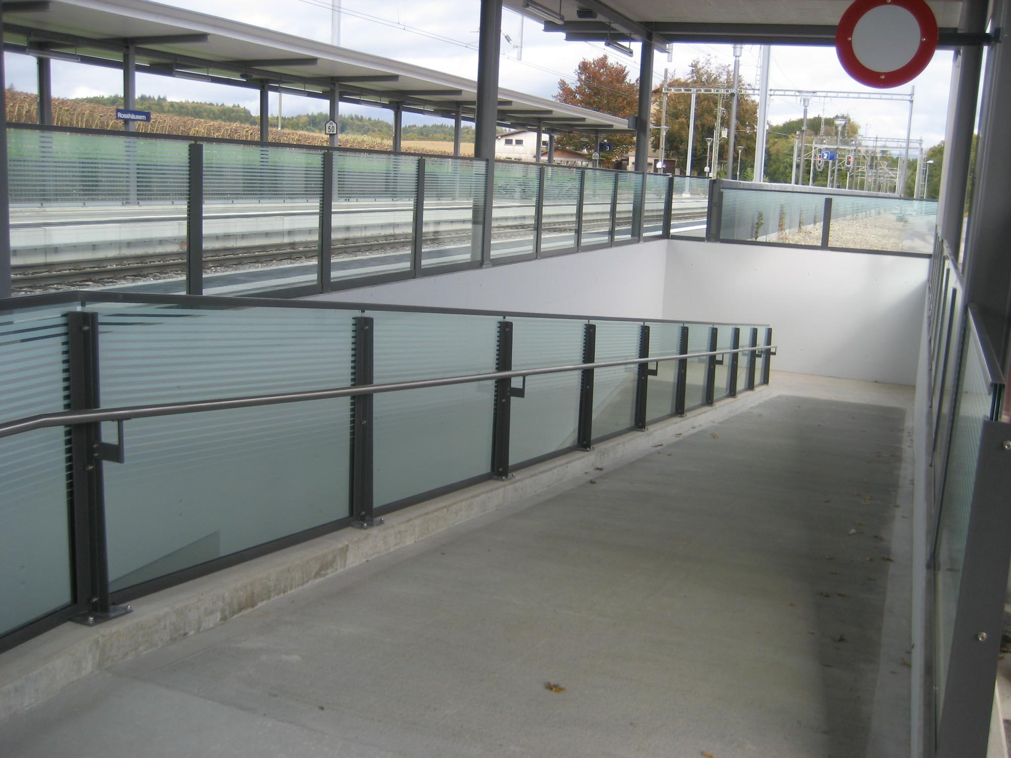 Geländer mit Handlauf am Bahnhof